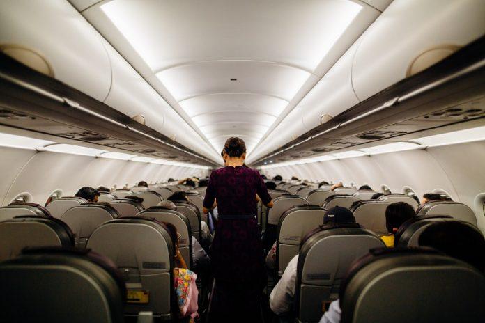 stewardess in vliegtuig