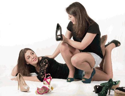 Mooie meisjes met schoenen