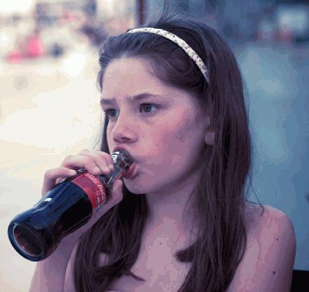 Verdien 1000 euro met een flesje Coca Cola in je mond