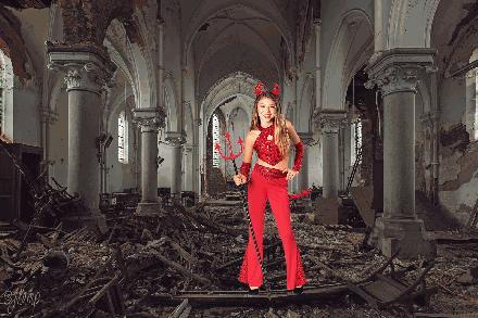 kerk vervalt door duivel