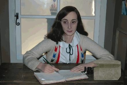005 Anne Frank met doos madame tussauds