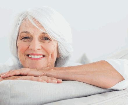 Oude vrouw met wit haar