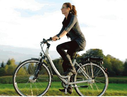 Jonge vrouw op elektrische fiets