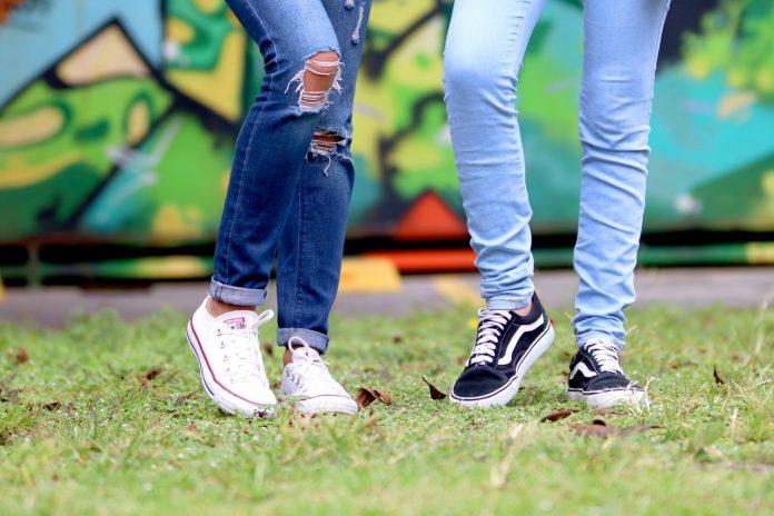 2 mensen met sneakers