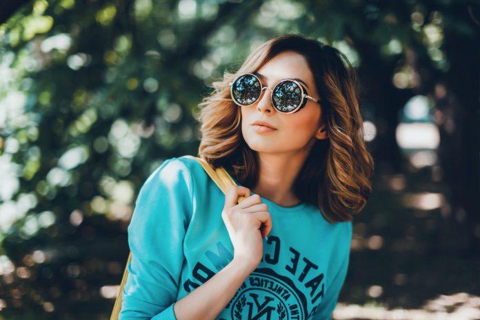 gestylde vrouw met zonnebril