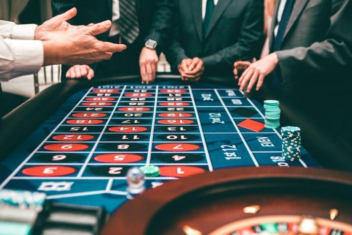 mensen roulette aan het spelen